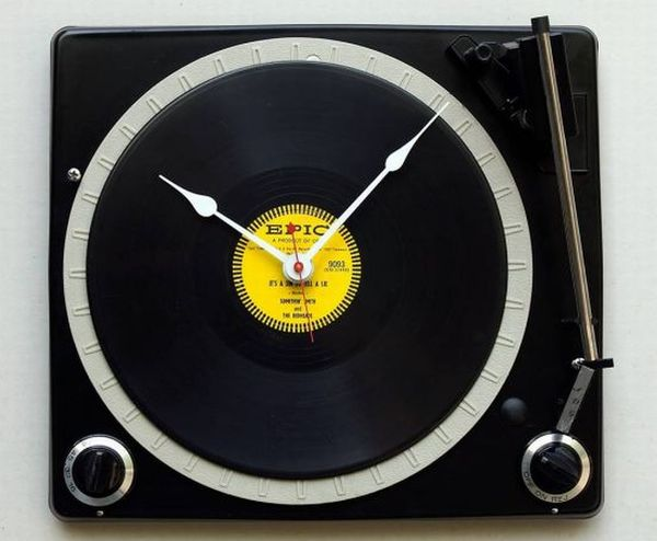Console turntable clock