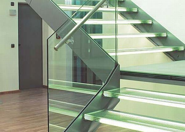 Staircase with a lateral stringers
