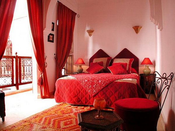 Red-bedroom-design-with-Morrocan-style-4-530x397