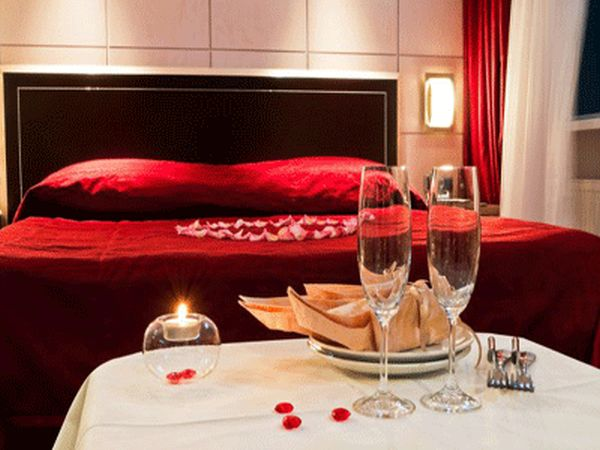 bedroom for Valentine's Day (1)
