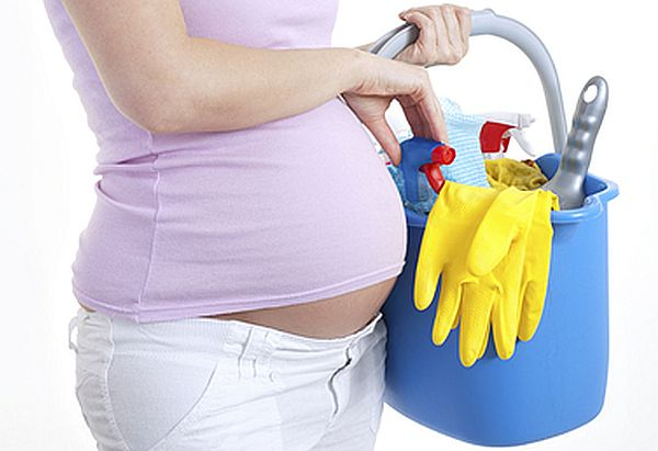 pregnant-lady-using-cleaning-products