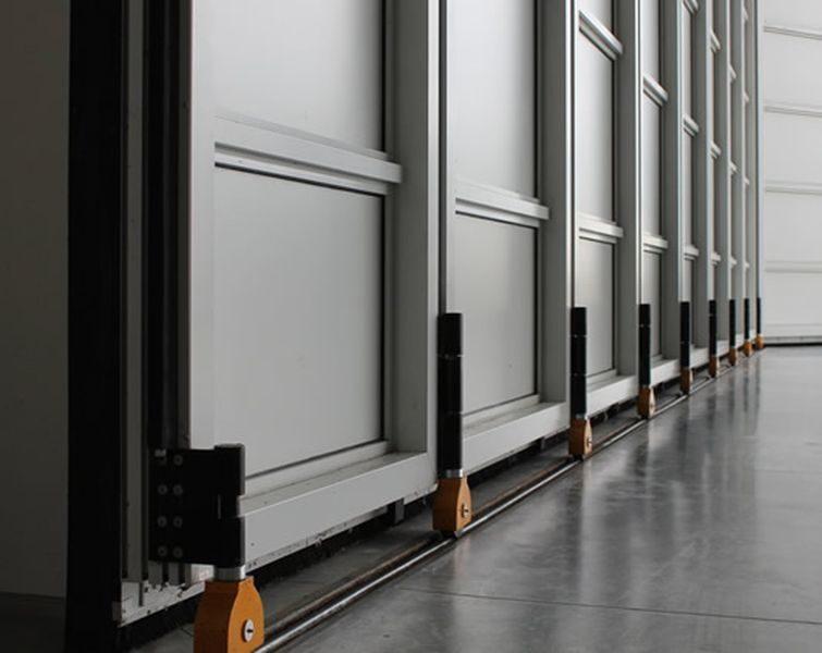 Corner sliding hangar door