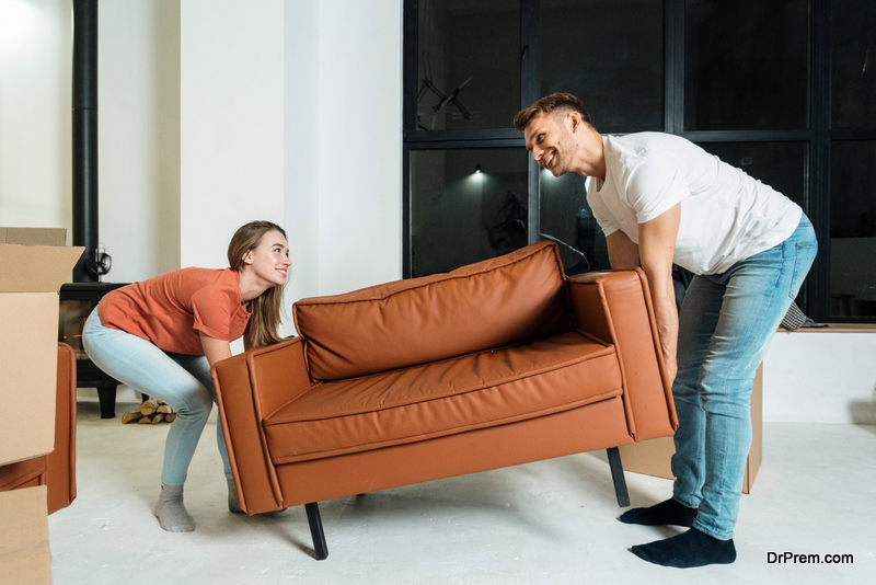couple Replacing the old sofa with a new one